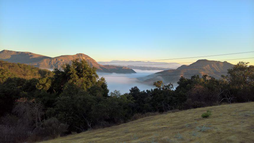 Schitterend uitzicht met bewolking beneden in de vallei